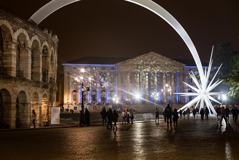 Verona di notte con cometa di Natale