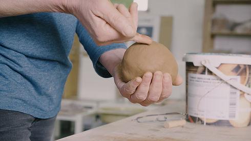 Leer keramiek draaien: Kneden van de klei om keramiek te draaien