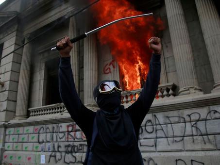 Guatemala: Terroristas incendian el Congreso