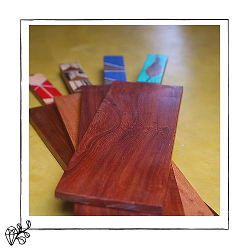 Tábuas de madeira com machetaria