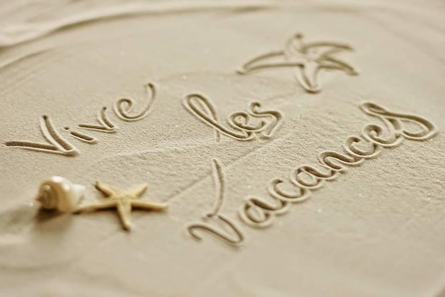 Plage de sable avec le message Vive les