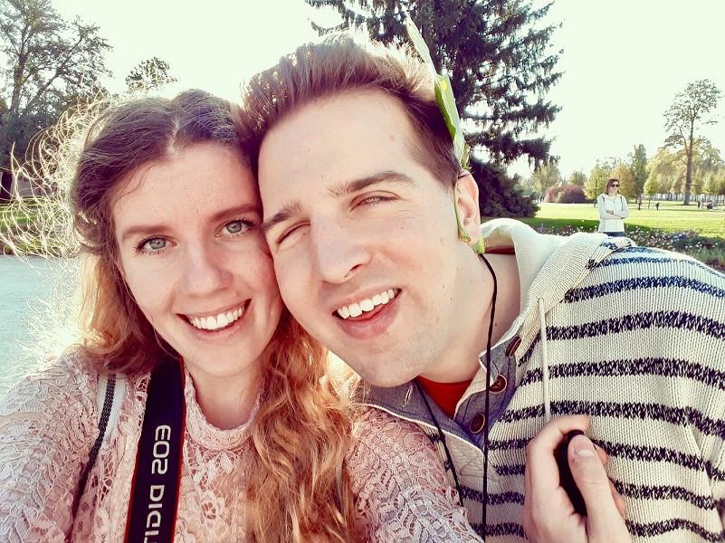 Nyikos Kitti és Juhász Tomi közös képet csinálnak a természetben. Egymáshoz ér az arcuk. Kitti nyakán látszik a fényképezőgép pántja.