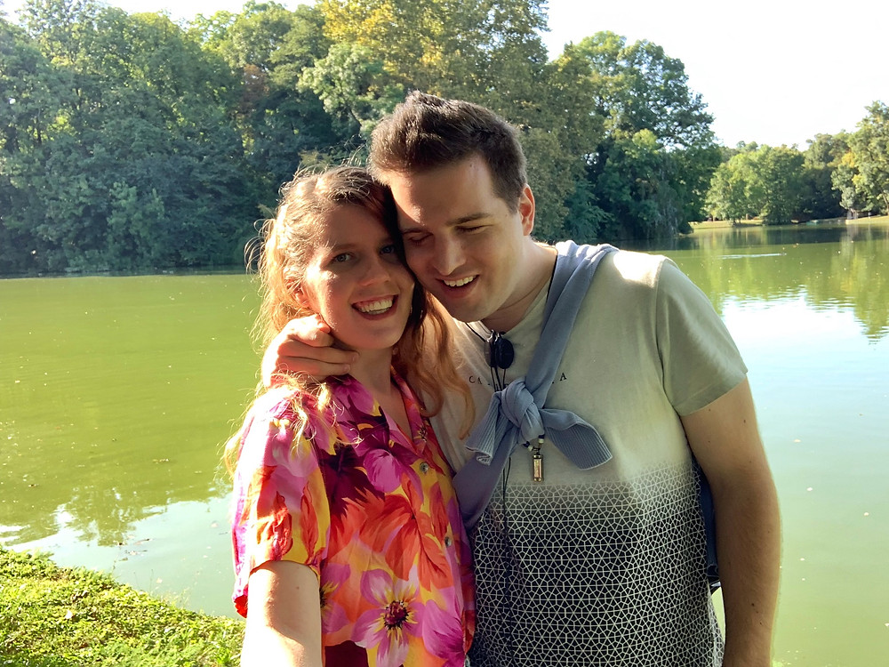 Kitti és Tomi egy tó partján. Nyár van.  Összebújnak, mosolyognak mind a ketten.