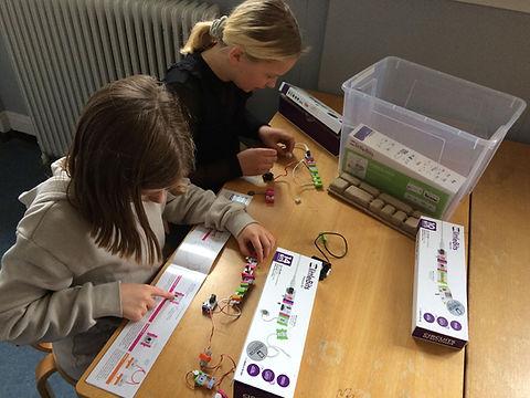Ilja og Frederikke laver robotter 1.jpg