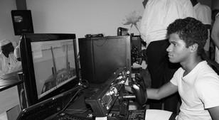 Jeune sénégalais pilotant un avion virtuellement pendant la Microsoft Flight Simulator au coworking space jokkolabs