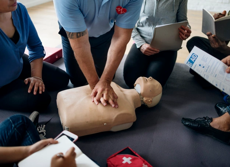 cpr-first-aid-training-concept_53876-379
