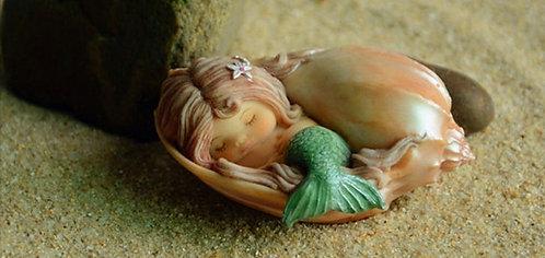 Petite sirène endormie dans son coquillage nacré