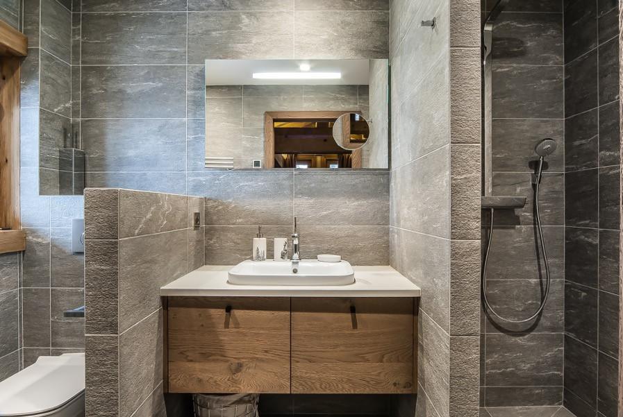 Salle de bain style chalet réalisée par Fillière Plomberie Villaz