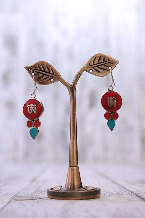 Pendientes artesanales en plata tibetana con coral y turquesa.