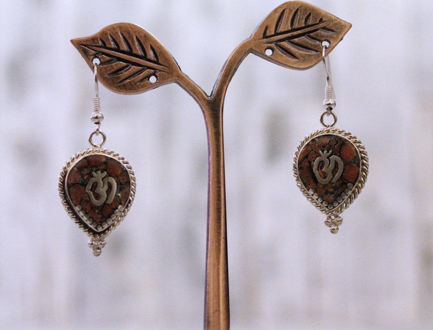 Pendientes artesanales en plata tibetana con coral.