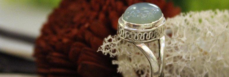 Anillo artesanal de plata 925 con piedra calcedonia