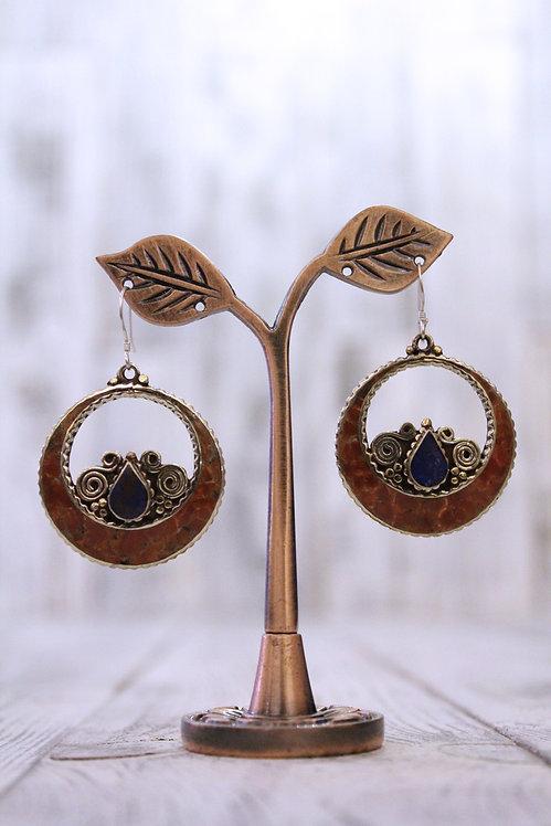 Pendientes artesanales en plata tibetana con coral y lapislázuli.