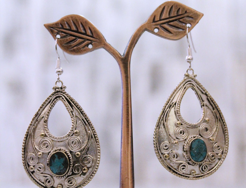 Pendientes artesanales en plata tibetana con turquesa.