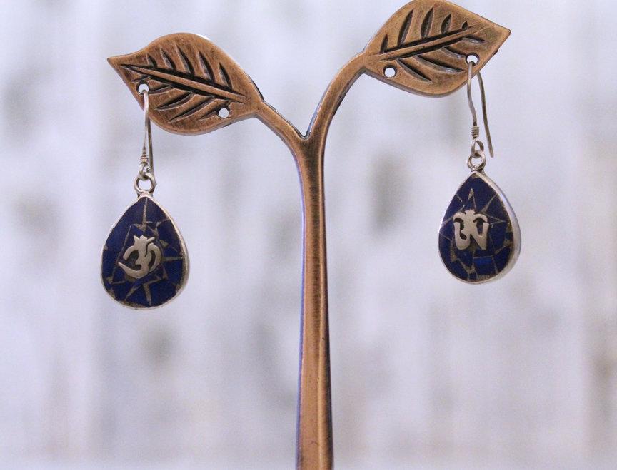 Pendientes artesanales en plata tibetana con lapislázuli.