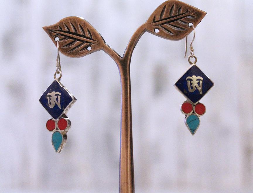 Pendientes artesanales en plata tibetana con lapislázuli, coral y turquesa.