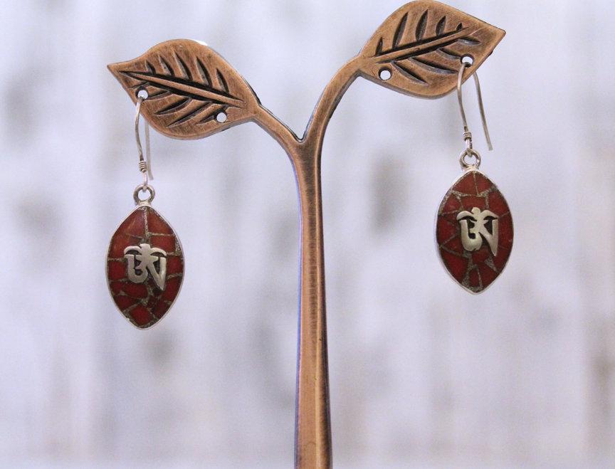 Pendientes artesanales en plata tibetana con coral y malaquita.