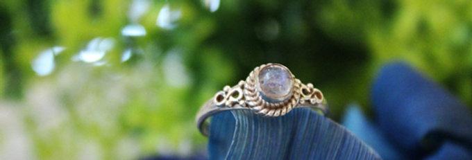 Anillo artesanal de plata 925 con piedra luna