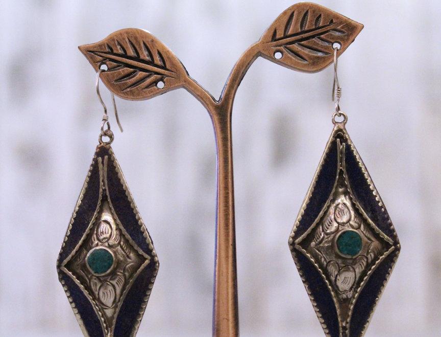 Pendientes artesanales en plata tibetana con lapislázuli y malaquita.