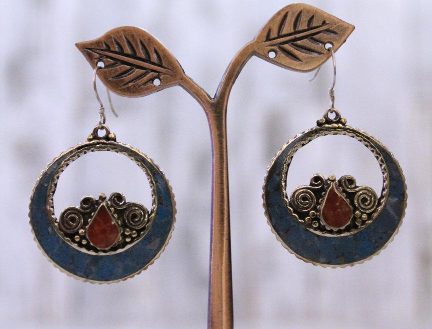 Pendientes artesanales en plata tibetana con turquesa y coral.