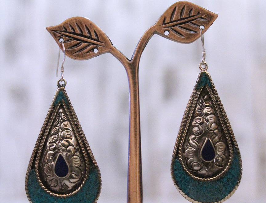 Pendientes artesanales en plata tibetana con turquesa y lapislázuli.