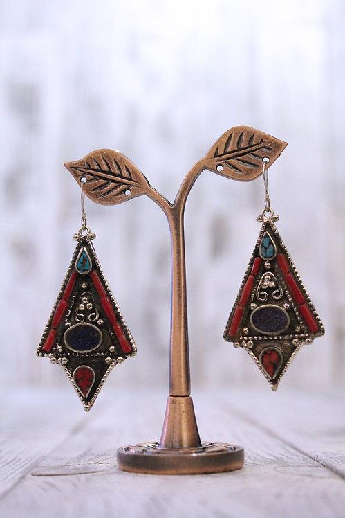 Pendientes artesanales en plata tibetana con turquesa, lapislázuli y coral.