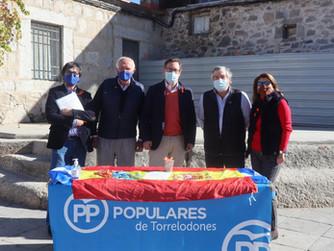 El portavoz popular en la Asamblea ha visitado Torrelodones para apoyar la campaña #StopLeyCelaá