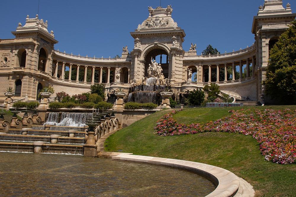 """ארמון לונגשאן ארמון מרשים ביופיו , שתוכנן ע""""י אותו אדריכל שתכנן את  בזיליקת נוטרה דאם דה לה גארד . חזיתו פונה לכיכר ברנה"""