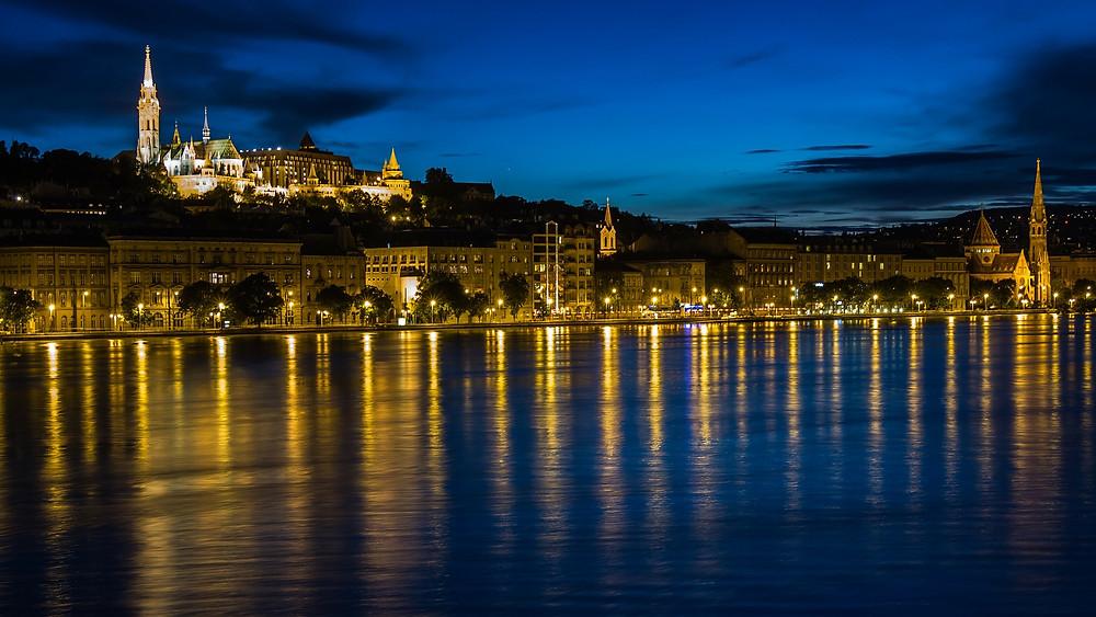בודפשט הונגריה על גדות הדנובה בלילה