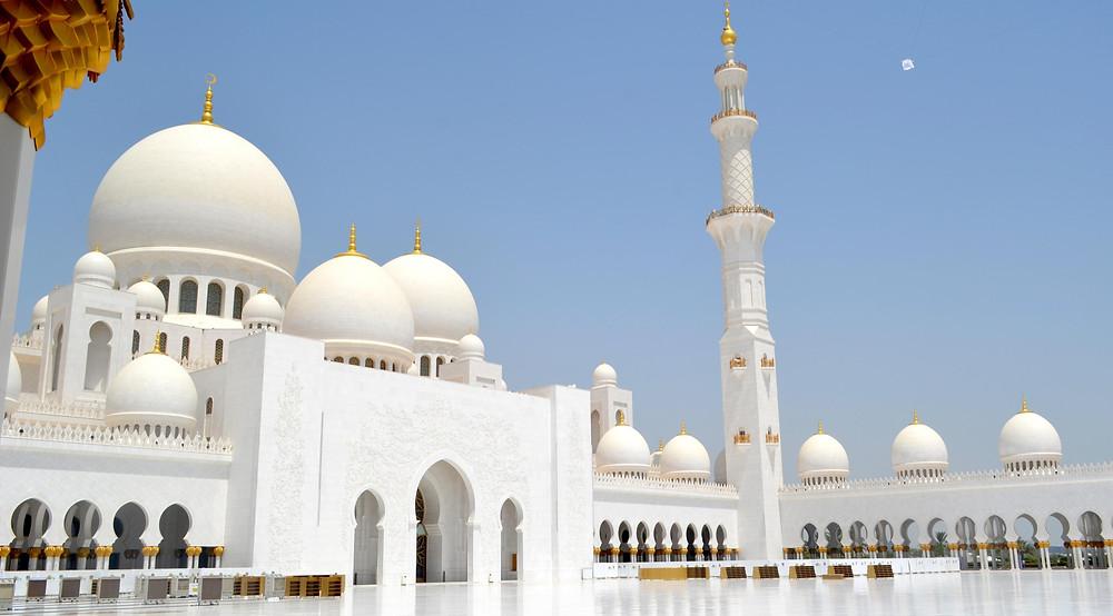 המסגד  שייח' זייד – מבנה ענק משיש לבן, שנחשב למוקד עלייה לרגל למבקרים מוסלמים ולא-מוסלמים כאחד דובאי