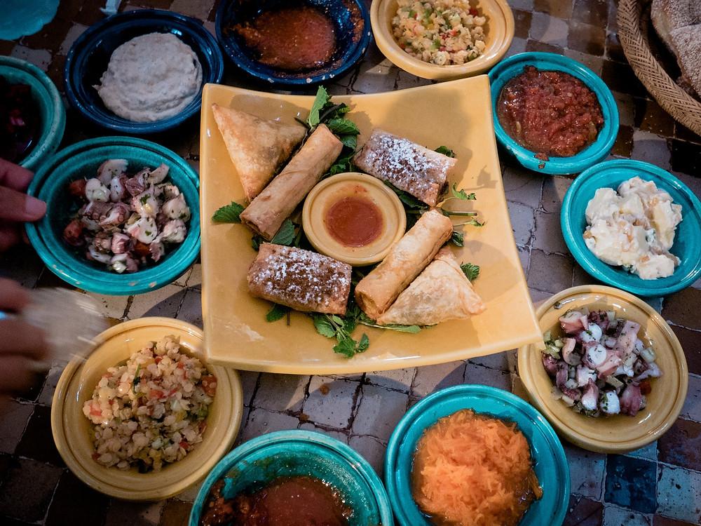 ארוחה מרוקאית אוטנטית במסעדה בקזבלנקה