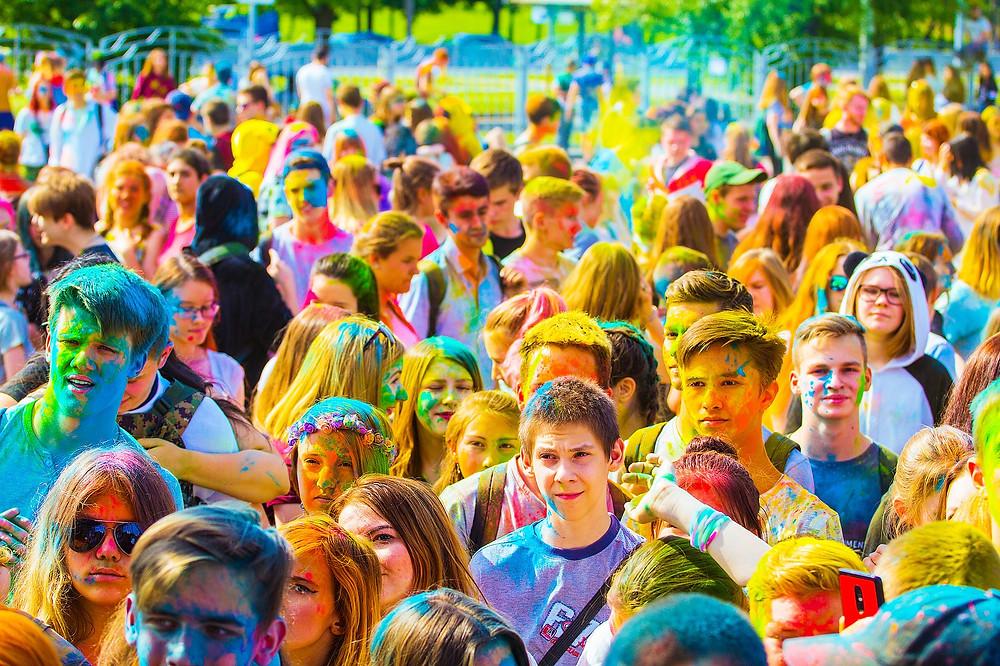 פסטיבל ההולי  פסטיבל זה מאופיין בהרבה צבעים וססגוניות שמרעיפים אחד על השני. האגדה מספרת כי מסורת זריקת הצבעים בפסטיבל ההולי נובעת מכך שהאל קרישנה חשק ברדהה, אך זו לא ממש נענתה לחיזוריו בעיקר בשל צבע עורו הכחול