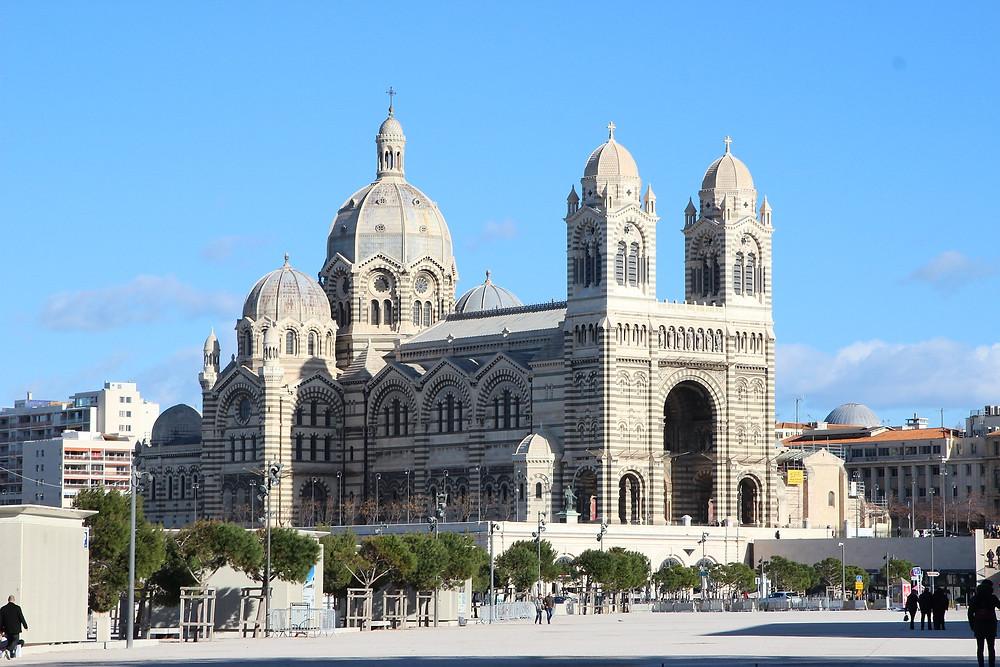 הקתדרלה המרכזית אלו למעשה שתי קתדרלות, אשר המרשימה והבולטת יותר היא החדשה מביניהן,. לצדה נמצאת הקתדרלה העתיקה מהמאה ה-11. הקתדרלה החדשה היא אחד המבנים הראוותניים והיקרים ביותר שנבנו במרסיי, היא ויש בה שפע צריחים