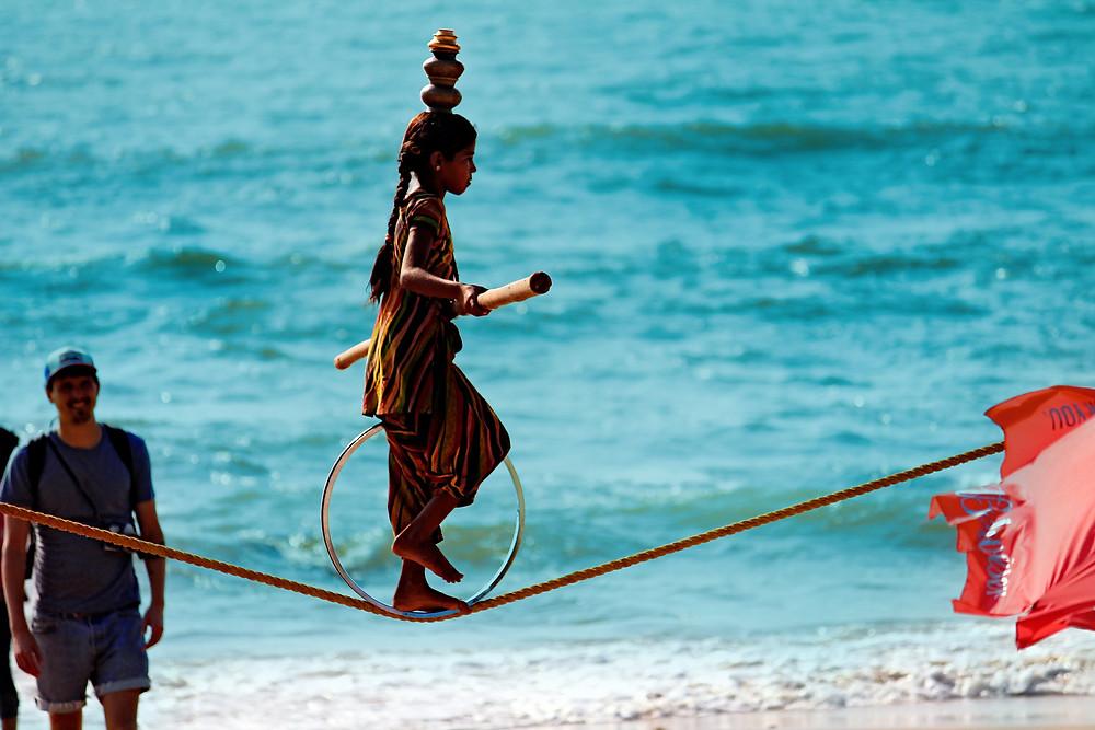 גואה על החוף ילדה הודית