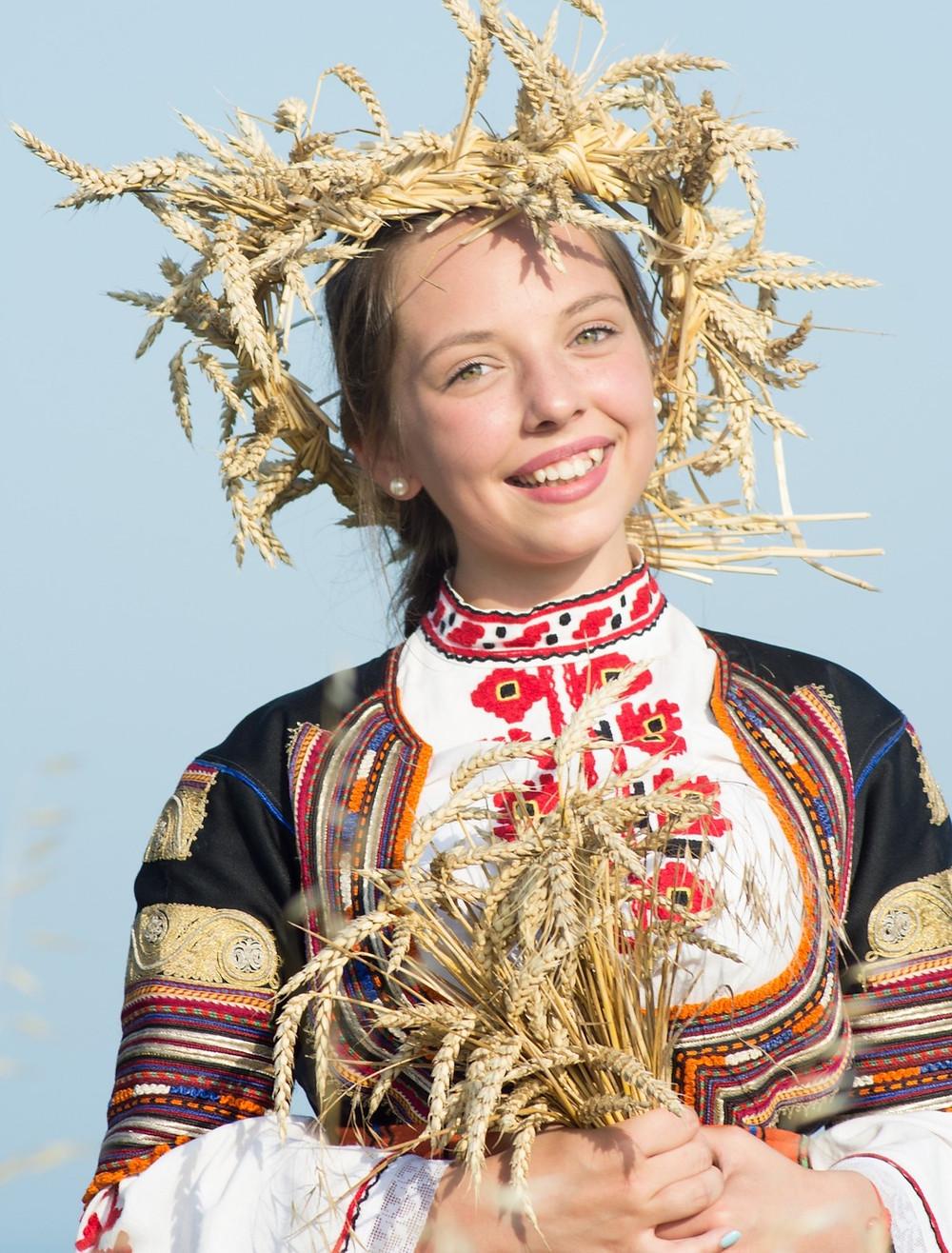 נערה בולגריה בתלבושת מסורתית