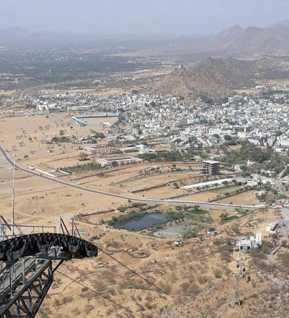 תצפית מהרכבל על פושקר שבהודו