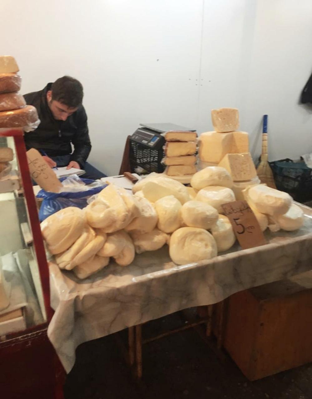 דוכן גבינות בשוק לילו טיביליסי
