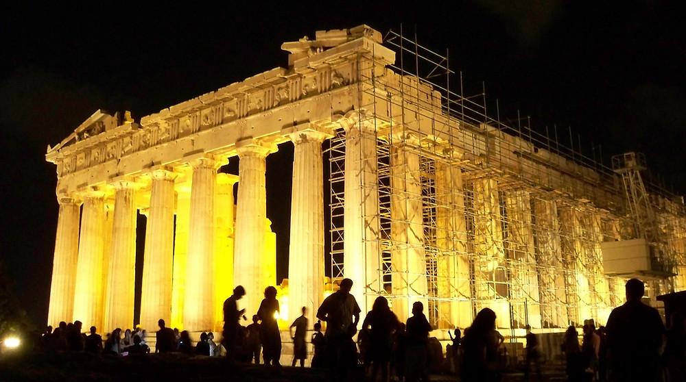 """האקרופוליס גולת הכותרת של אתונה זה ,האקרופוליס, """"העיר העליונה"""".על גבעה שרואים אותה מכל מקום נמצא מתחם ובו שרידי המקדשים ומבני הציבור של יוון העתיקה. הפרתנון, מקדש אתנה, הוא הבניין המרכזי והבולט ביותר. זהו אחד מסמלי אתונה ואחד הביניינים המפורסמים בעולם"""