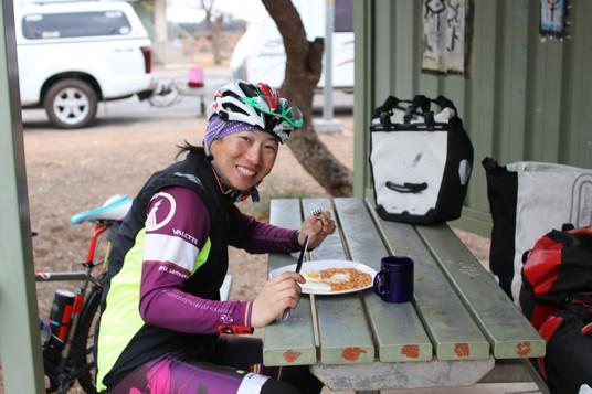 0610レストエリアで暖かい朝食をいただく.JPG
