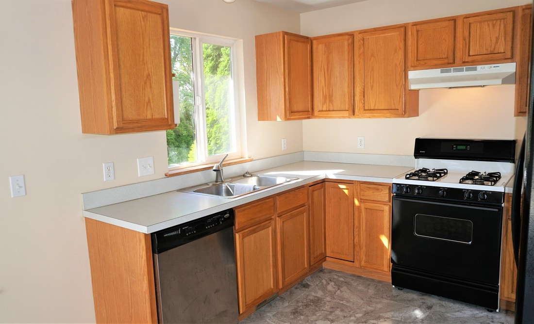 Kitchen (view 2)