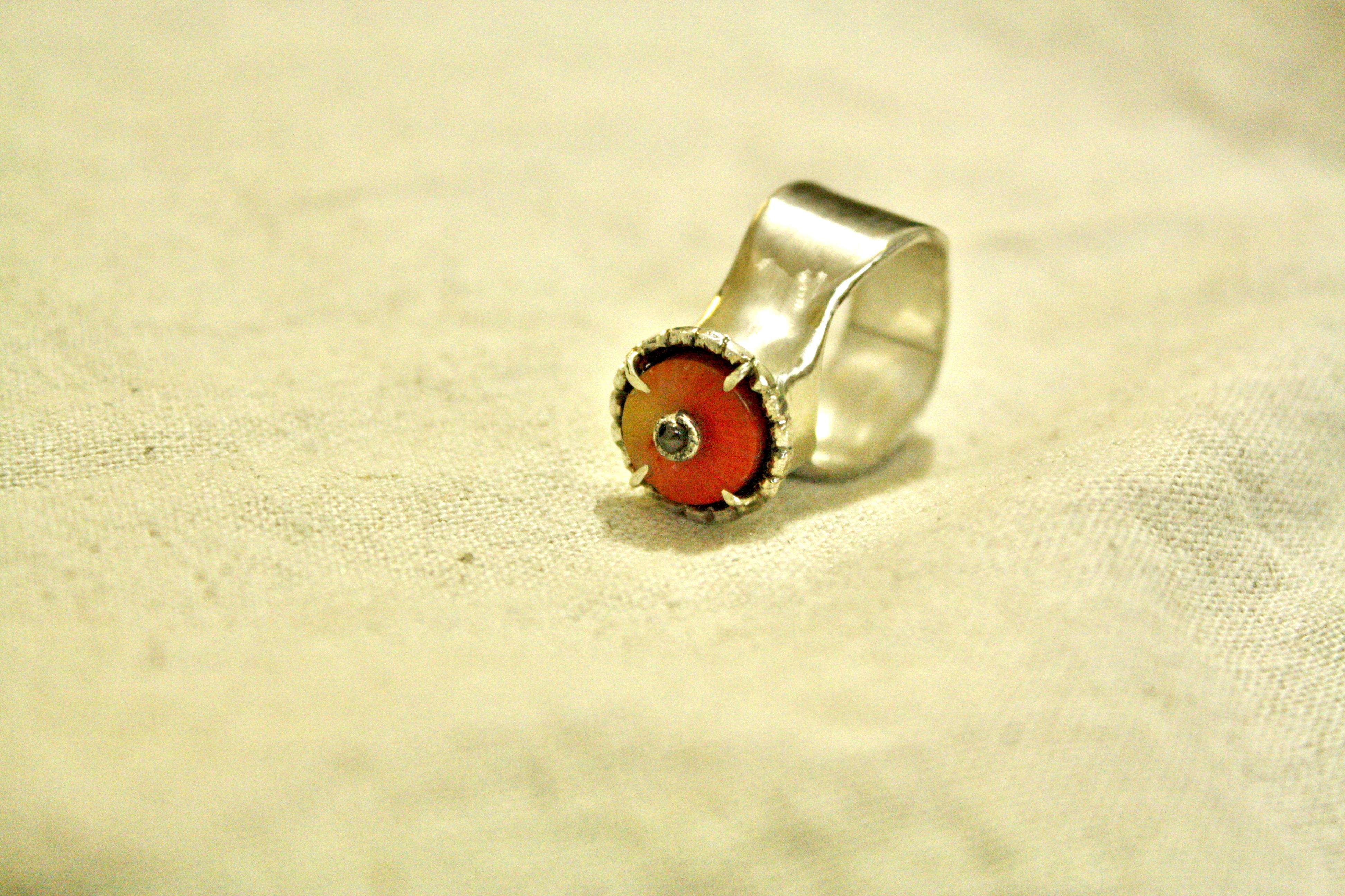 טבעת כסף, משובצת קורל ויהלום חום