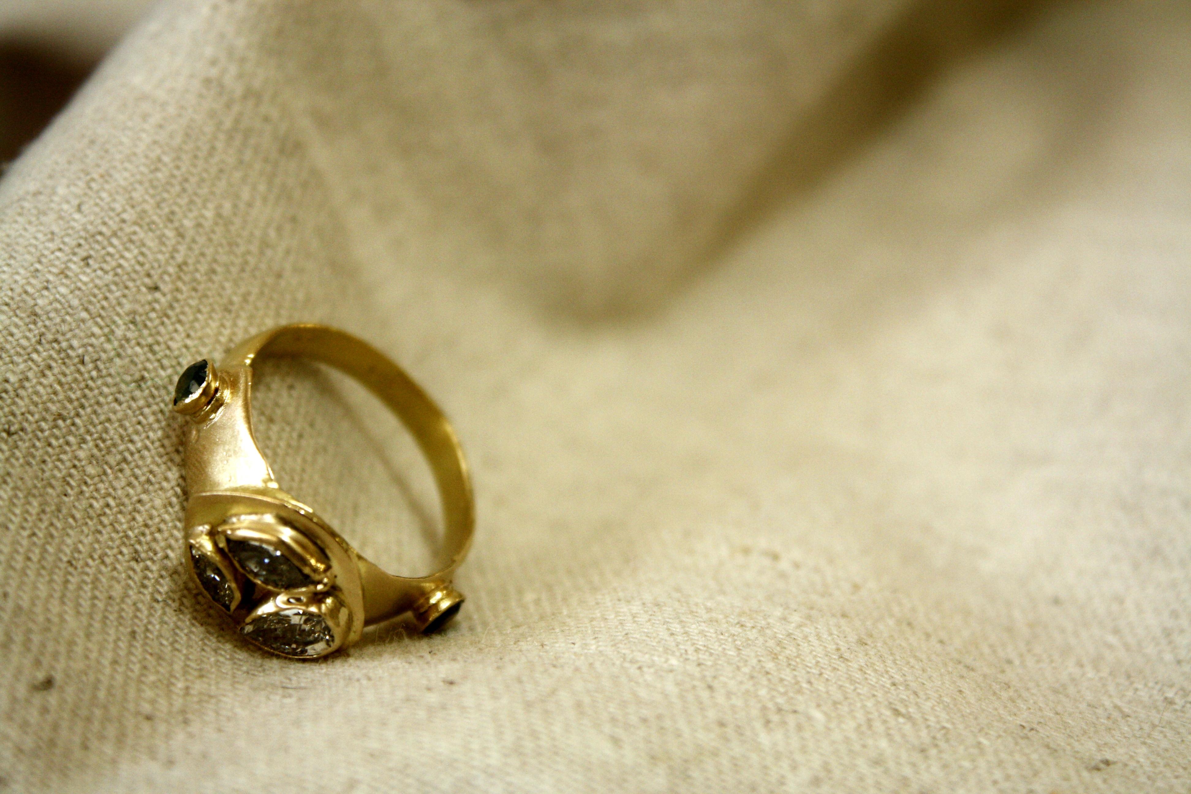 טבעת יורש העצר משובצת יהלומים חומים
