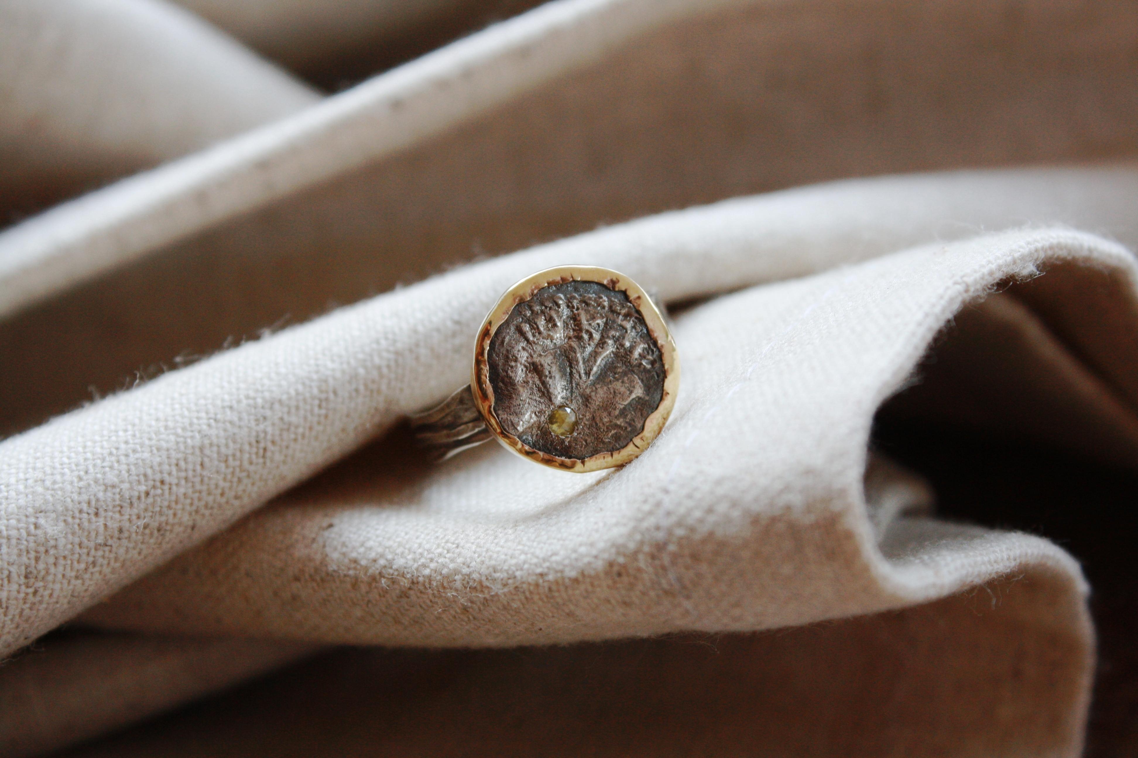 טבעת מטבע חשמואים, כסף וזהב.