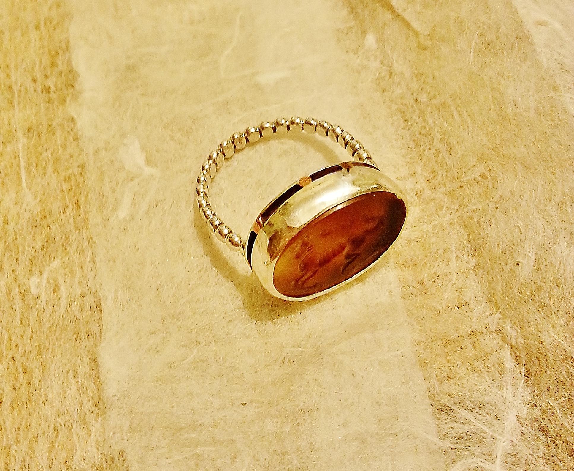 טבעת כסף, משולבת אבן קרנליאן מפוסלת