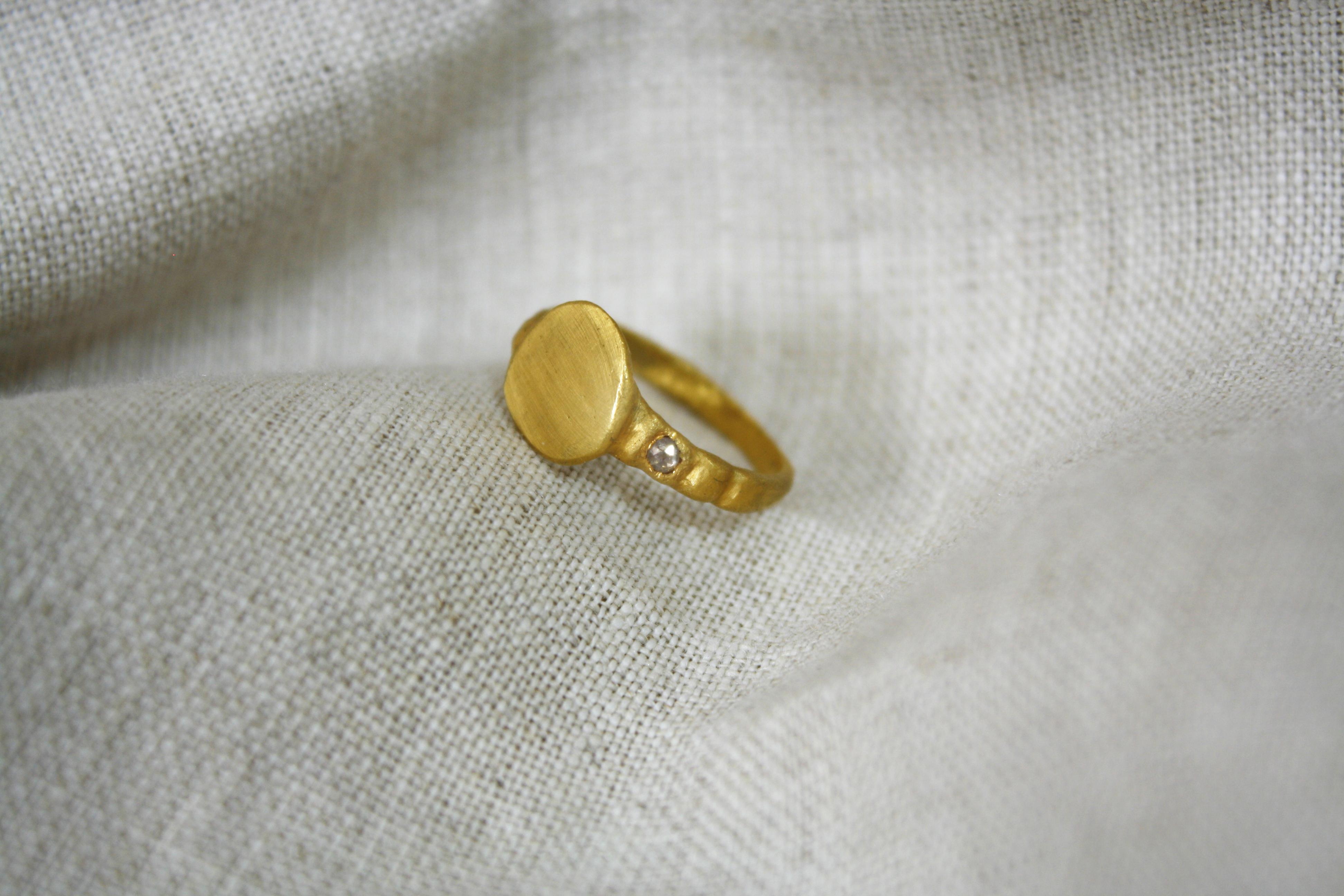 טבעת המרפא בעשבים זהב עם יהלום קטן בצד