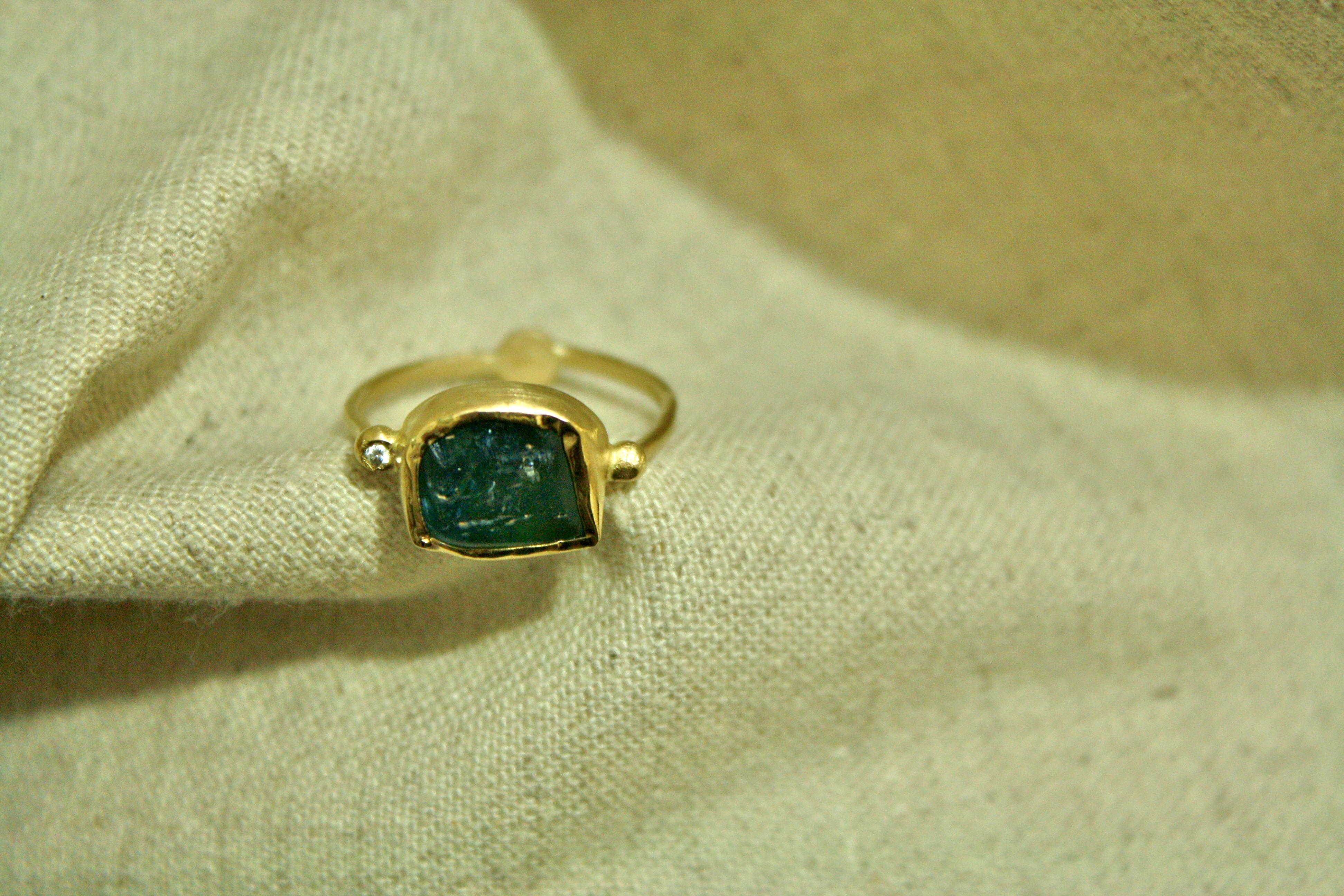 טבעת זהב ואפטייט גולמי, עם יהלום בצד