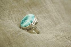טבעת כסף משובצת אבן לרימר ופנינים