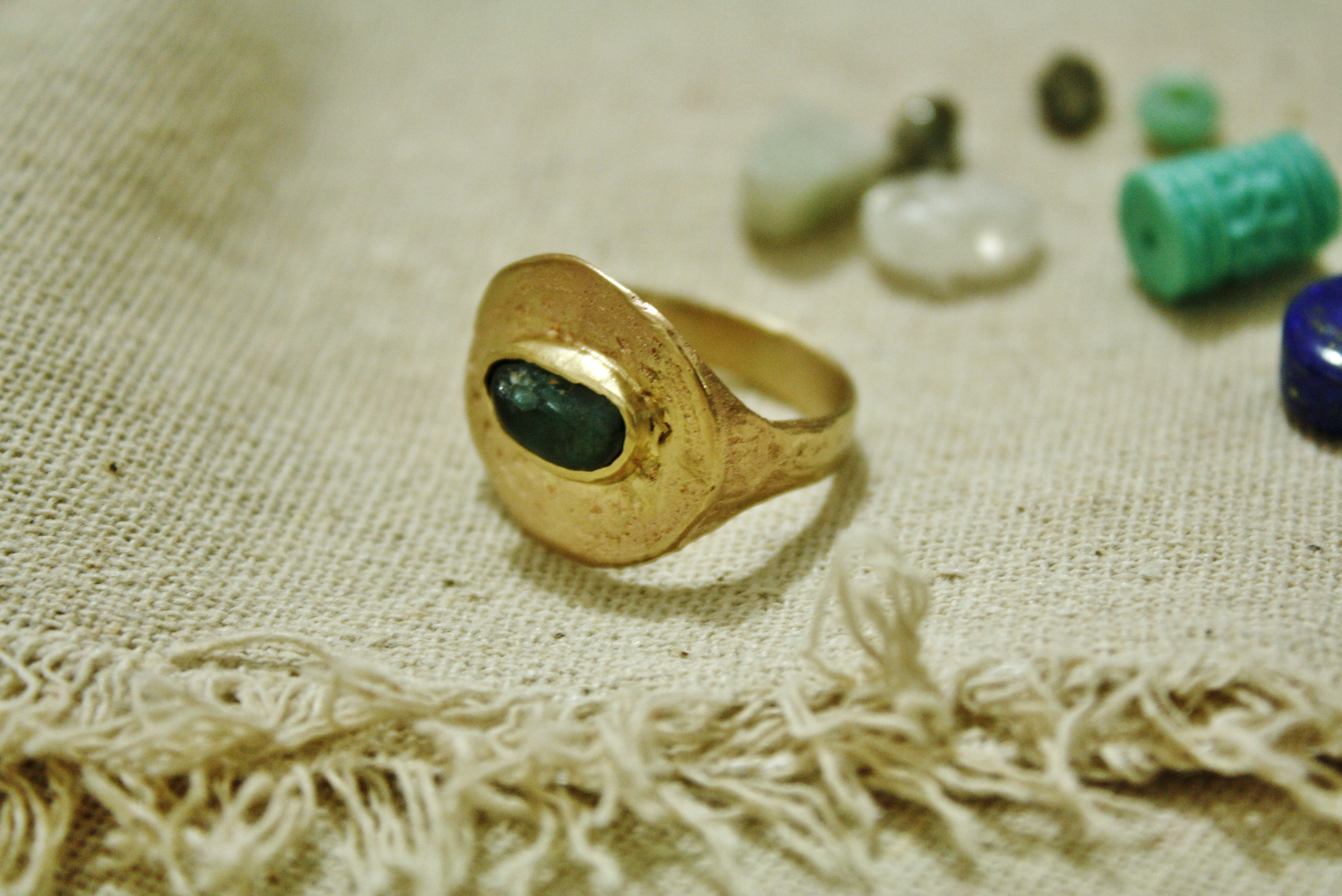 טבעת מטבעות הגורל, משובצת אבן אפטייט