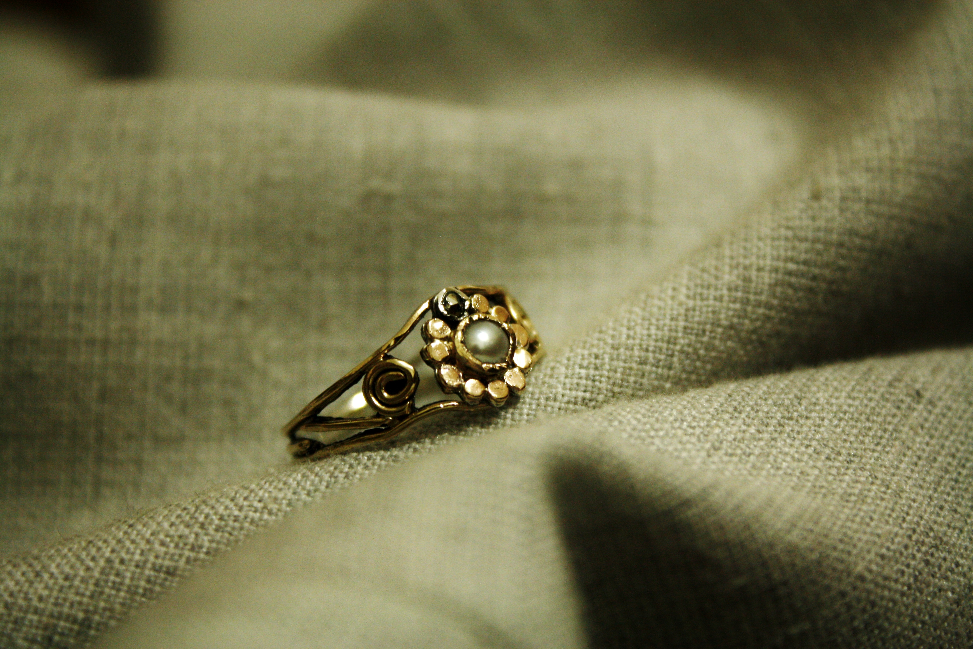 טבעת זהב ופנינה, בשילוב אבן פיריט