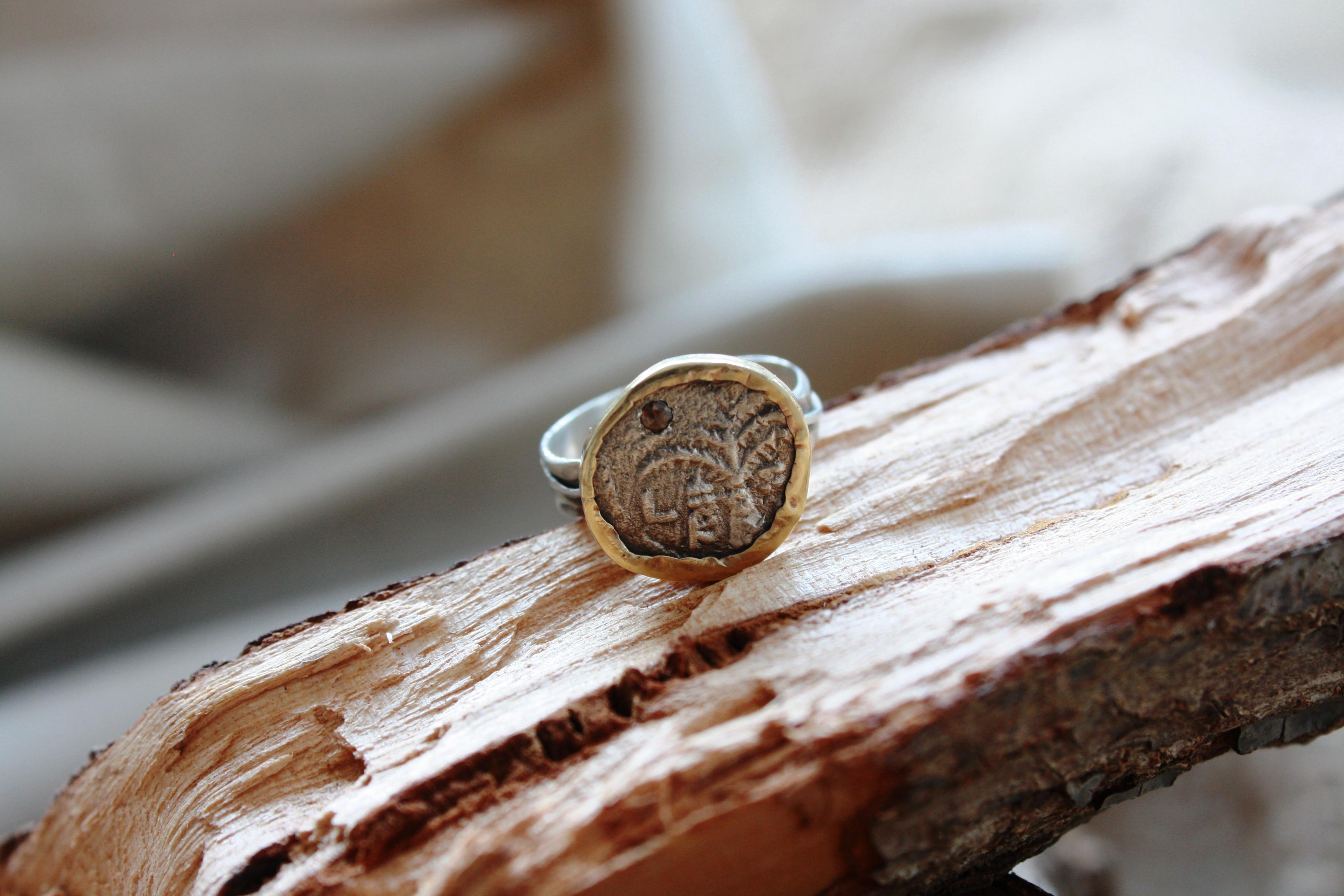 טבעת מטבע חשמונאי, זהב ויהלום חום