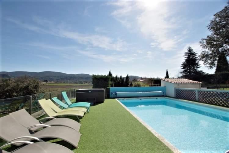gite-avec-grande-piscine-transats-spa-ardèche-le-petit-Vialto